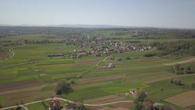 Panorama da una vista dell'occhio del ` s dell'uccello L'Europa centrale: la città o il villaggio è situata fra le colline verdi  archivi video