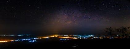 Panorama da Via Látea sobre luzes da cidade imagem de stock royalty free