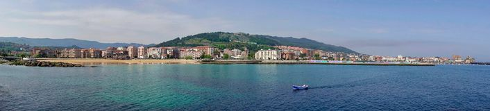 Panorama da vila de Castro Urdiales em Cantábria, Espanha imagem de stock