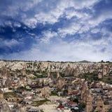 Panorama da vila de Goreme em Cappadocia, Turquia Imagens de Stock Royalty Free