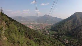 Panorama da vila de Selvino na cidade do albino Vista igualmente das madeiras entre as duas cidades filme