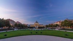 Panorama- dag till natttimelapsesikten av konstpaviljongen på fyrkanten för konung Tomislav i Zagreb, Kroatien lager videofilmer