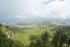 panorama- dal för liggandeberg Arkivfoto