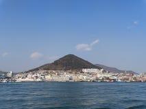 Panorama dal mare alla città di Yeosu Fotografia Stock