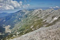 Panorama dal picco di Vihren al picco e a Koncheto di Banski Suhodol Fotografie Stock