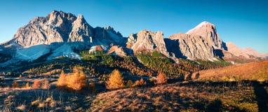 Panorama dalla cima del passaggio di Falzarego con la montagna di Lagazuoi Fotografia Stock Libera da Diritti