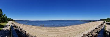 Panorama, das über dem Wasser an einem Crystal Clear Blue Sky Sunny-Tag schaut lizenzfreies stockfoto