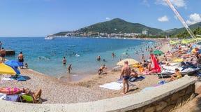 Panorama, das den langen breiten Strand im beliebten Erholungsort von Budva übersieht lizenzfreie stockbilder
