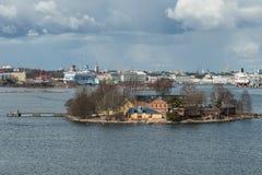 Panorama das ilhas e da arquitetura velha da cidade em Helsínquia Fotos de Stock Royalty Free