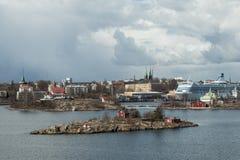 Panorama das ilhas e da arquitetura velha da cidade em Helsínquia Imagem de Stock