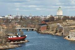 Panorama das ilhas e da arquitetura velha da cidade em Helsínquia imagens de stock