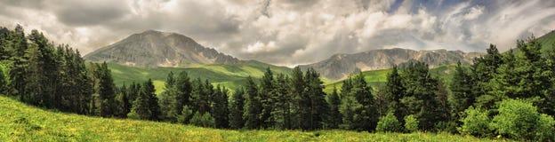 Panorama das montanhas com nuvens Foto de Stock