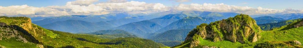 Panorama das montanhas, da floresta e das nuvens Fotos de Stock Royalty Free
