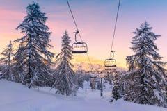 Panorama das montanhas do inverno com inclinações do esqui e elevadores de esqui Imagens de Stock Royalty Free
