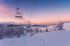 Panorama das montanhas do inverno com inclinações do esqui e elevadores de esqui Imagem de Stock Royalty Free
