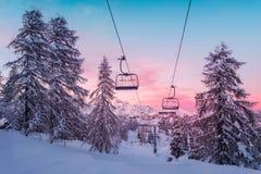 Panorama das montanhas do inverno com inclinações do esqui e elevadores de esqui Foto de Stock