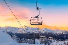 Panorama das montanhas do inverno com inclinações do esqui e elevadores de esqui Fotos de Stock