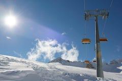 Panorama das montanhas do inverno com inclinações do esqui e elevadores de esqui Fotos de Stock Royalty Free