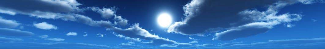 Panorama das nuvens, o sol entre as nuvens Imagens de Stock Royalty Free