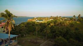 Panorama das palmeiras, das casas e do mar na ilha tropical, Puerto Galera filme