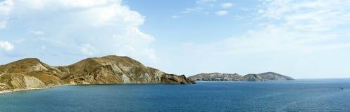 Panorama das partes superiores do litoral e da montanha crimeia Koktebel Fotografia de Stock