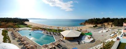 Panorama das piscinas e da barra por uma praia imagens de stock