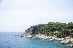 Panorama das rochas na costa de Lloret de Mar em um dia de verão bonito, Costa Brava, Catalonia, Espanha Margem de Fotos de Stock