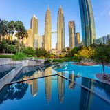 Panorama das torres gêmeas de Petronas, Kuala Lumpur, Malásia imagens de stock royalty free