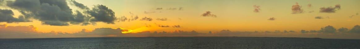 panorama de 180 degr?s d'?le et de coucher du soleil Image stock