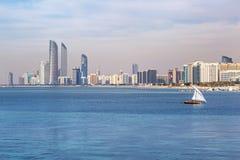 Panorama de Abu Dhabi, el capital de los UAE Fotografía de archivo
