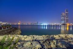 Panorama de Abu Dhabi en la noche, UAE Foto de archivo libre de regalías