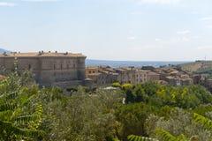 Panorama de Alviano con su castillo Fotos de archivo