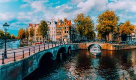Panorama de Amsterdão Pontes famosas do und dos canais na luz morna da tarde netherlands fotografia de stock