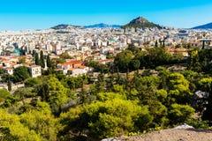 Panorama de Athenes, Grécia com casas e monte de Lycabettus Foto de Stock