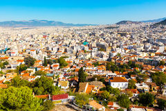 Panorama de Athenes, Grécia com casas e montes Fotos de Stock