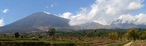 Panorama de bâti Rinjani ou Gunung Rinjani, volcan actif en Indonésie sur l'île de Lombok photos stock