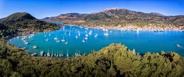 Panorama de baie de Nikiana Leucade Grèce avec les yachts et l'espace libre W bleu Images stock