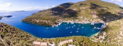 Panorama de baie de Sivota dans la vue aérienne d'île de Leucade Photographie stock libre de droits