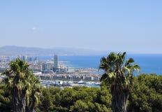 Panorama de Barcelona del castillo de Montjuic, con las palmeras y el mar balear Fotografía de archivo libre de regalías