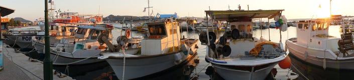 Panorama de barcos de pesca em Grécia Fotos de Stock Royalty Free