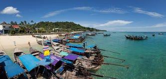 Panorama de barcos velhos e do mar azul em Ton Sai Bay de Phi Phi Don Island perto de Phuket Imagem de Stock Royalty Free