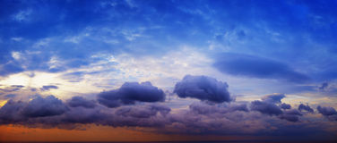 Panorama de beau ciel nuageux avec le soleil au-dessus du hori de mer Images stock