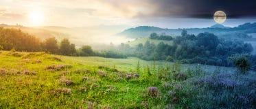 Panorama de beau paysage brumeux en montagnes images libres de droits