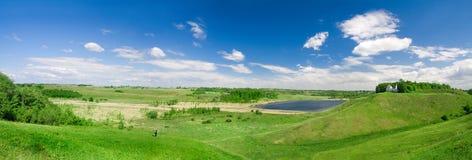 Panorama de belle vallée verte Photographie stock libre de droits