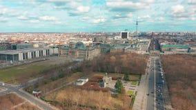 Panorama de Berlin Brandenburg Gate y de Reichstag Silueta del hombre de negocios Cowering metrajes