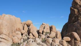 Panorama de Bottom Up, las rocas grandes en Joshua Tree National Park los E.E.U.U. almacen de video