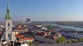 Panorama de Bratislava com o Danúbio e a construção do castelo, Eslováquia Vista aérea de Bratislava, Eslováquia Tempo video estoque