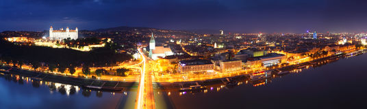 Panorama de Bratislava la nuit Image stock