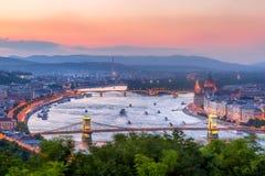Panorama de Budapest avec le parlement et des ponts pendant égaliser le coucher du soleil crépusculaire Vue de citadelle image stock