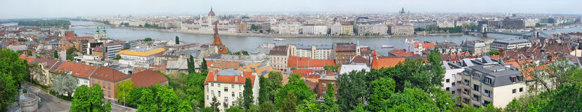 Panorama de Budapest con el puente de cadena en el río Danubio y Parliamen Foto de archivo